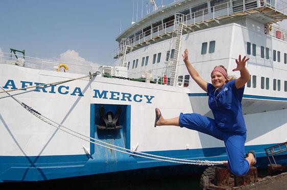 Anneli Persson framför Africa Mercy