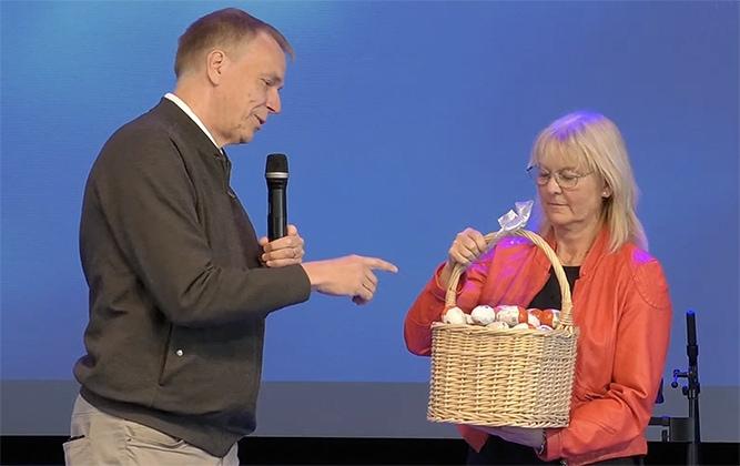Roland och Britt-Inger Petterson ger oss Kinderägg